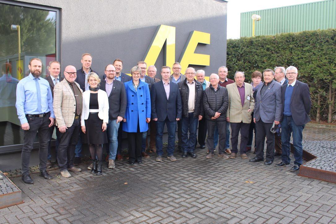 Die Mitglieder des CDU-Ortsverbands im Gruppenfoto bei Neuschäfer Elektronik